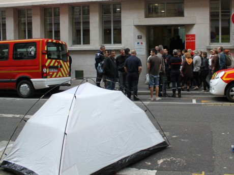 Les pompiers ont installé des tentes devant le SDIS69 - Photo LyonMag.com