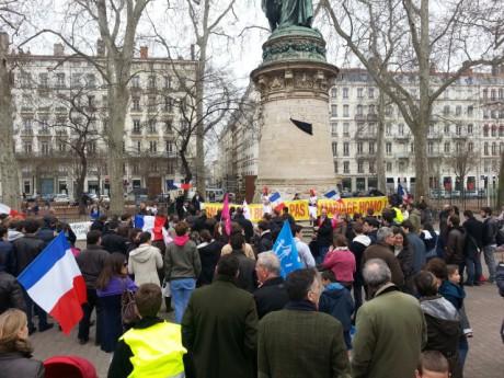 Les opposants samedi après-midi place Carnot - LyonMag.com