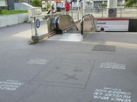 Une publicité au sol d'Aéroports de Lyon devant le métro Garibaldi - DR Plein la Vue