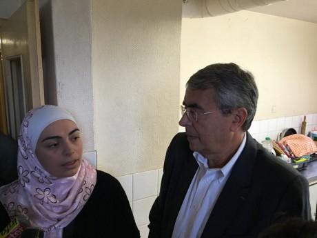 Une réfugiée Syrienne échange avec Jean-Jack Queyranne, le président de la région Rhône-Alpes - LyonMag