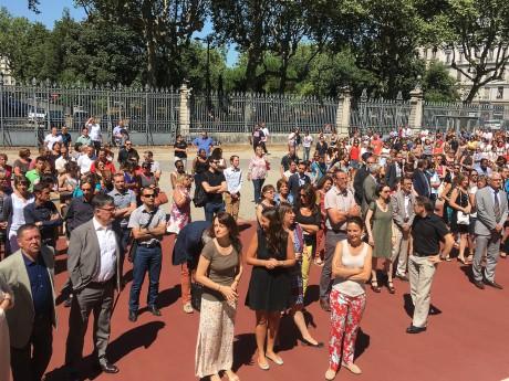 La minute de silence dans la cour de la préfecture - LyonMag
