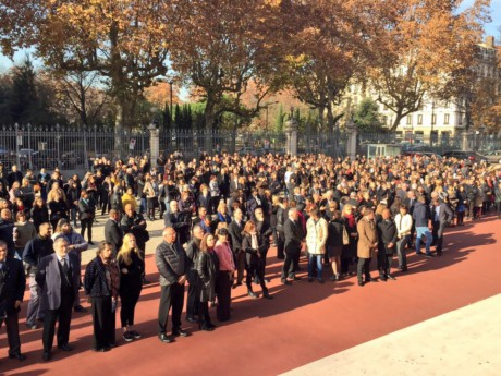 Une foule d'anonyme s'est réunie dans la cour de la Préfecture - LyonMag.com