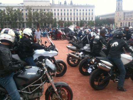Les motards place Bellecour  samedi après-midi - LyonMag.com