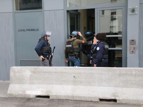 Les policiers en intervention devant le domicile du forcené - LyonMag