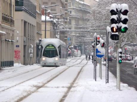 Les trams fonctionnent mais il a été difficile de circuler en voiture dans le centre-ville mardi matin - Photo LyonMag.com