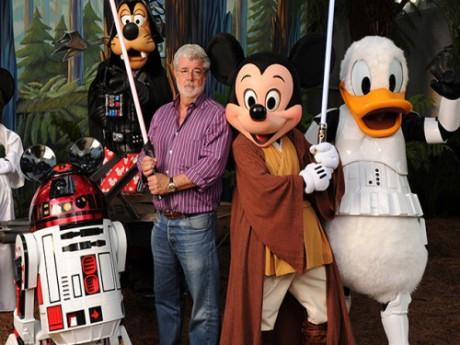 George Lucas, visiblement ravi de poser avec les nouveaux propriétaires de sa franchise - DR