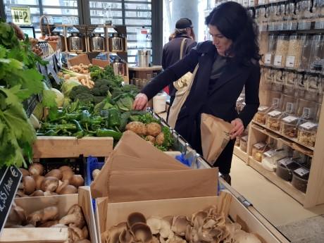 La maire du 1er arrondissement de Lyon, Nathalie Perrin-Gilbert, fait son marché à la Halle de la Martinière - LyonMag