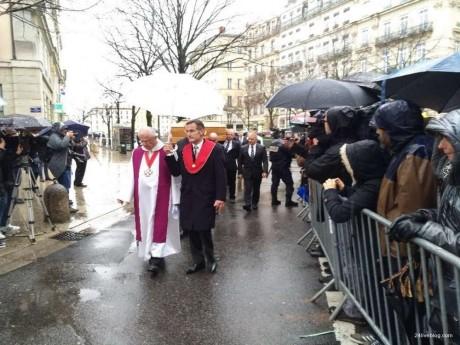 Des centaines de Lyonnais sur la place Saint-Jean pour suivre la cérémonie - LyonMag