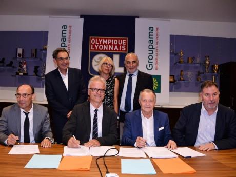 Jean-Michel Aulas a signé le partenariat avec Groupama, en présence de Laurence Fautra (Décines), David Kimelfeld (Métropole) et Georges Képénékian (Lyon) - DR OL
