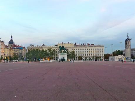 La place Bellecour d'où s'élancera le cortège silencieux mardi à Lyon - LyonMag