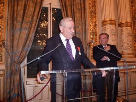 Au premier plan, le nouveau récipiendaire de la Légion d'Honneur, Michel Forissier. Au second plan, le président du Conseil général du Rhône Michel Mercier - LyonMag