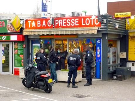 Les policiers vendredi devant le tabac-presse braqué dans la matinée - LyonMag