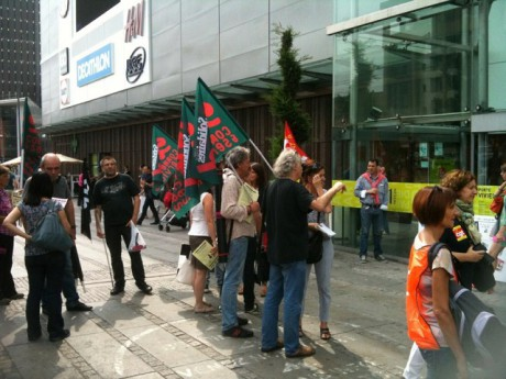 Les quelques salariés devant l'entrée du centre samedi après-midi - LyonMag.com