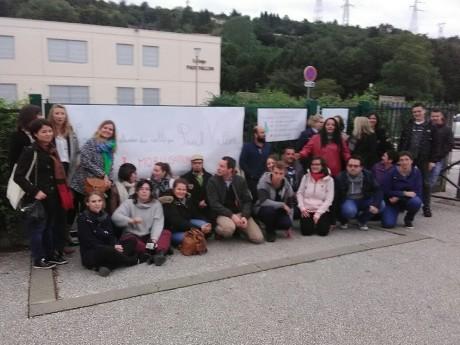 Les parents d'élèves et les enseignants devant l'entrée du collège ce lundi soir - DR