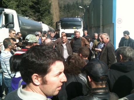 Les salariés bloquant l'entrée et la sortie des camions sur le site de la coopérative laitière Valcrest mercredi matin - LyonMag
