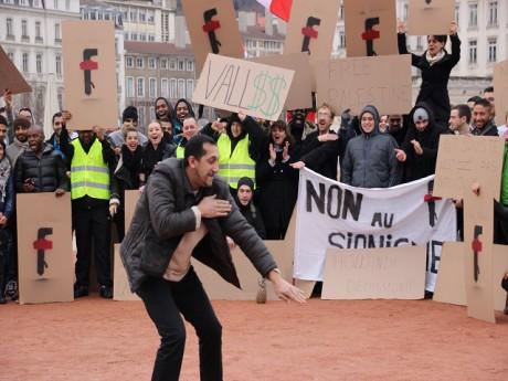 Le rassemblement des adeptes de la quenelle - LyonMag