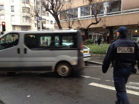 Le fourgon mortuaire qui a évacué mardi l'homme retrouvé mort coincé dans une gaine d'aération au 94, rue Servient à Lyon - LyonMag