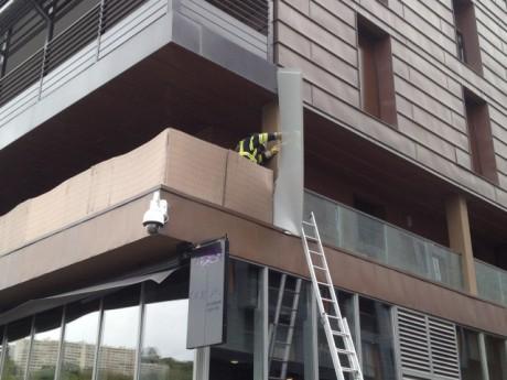 La plaque s'est fichée dans l'immeuble voisin - Photo LyonMag