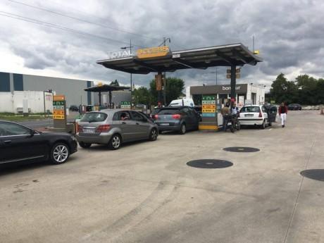 La file de voitures devant une station essence - LyonMag