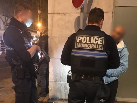 Les policiers contrôlent un homme ce mardi soir - DR