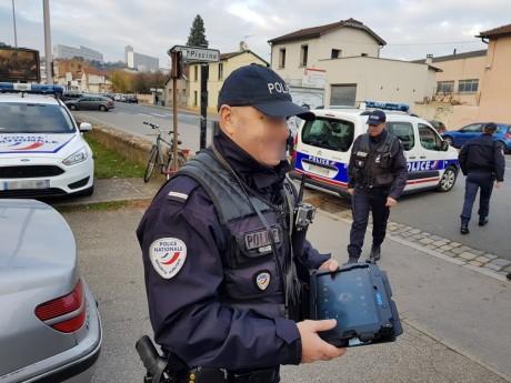 Un policier avec une tablette Néo lors d'un contrôle routier - LyonMag