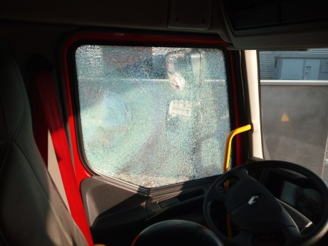 Deux vitres du camion ont été brisés - DR