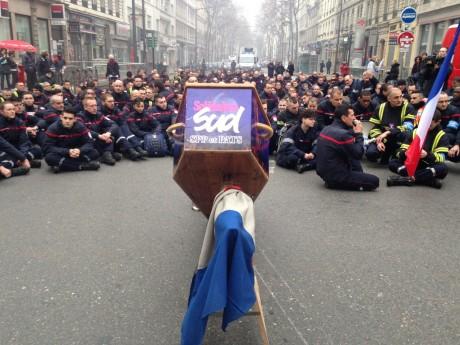 300 pompiers ont défilé ce lundi matin à Lyon - LyonMag