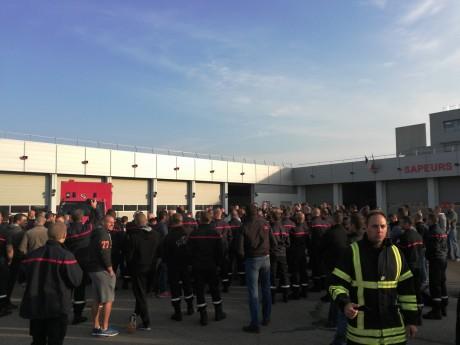 Le rassemblement devant la caserne de Saint-Priest - LyonMag