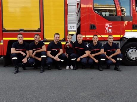 Paul au milieu des pompiers du projet « Espoir Haut Sommet »