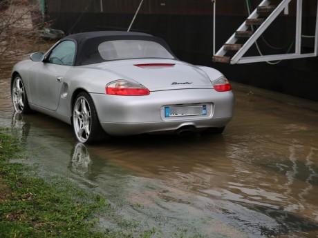 Une voiture les roues dans l'eau - LyonMag