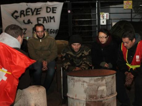 Les salariés samedi soir devant l'entreprise - LyonMag.com