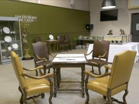 Des fauteuils et une table ayant été dans le restaurant de Paul Bocuse mis en vente - LyonMag.com