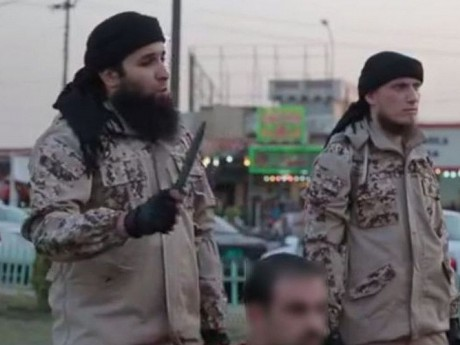 Rachid Kassim (à gauche) lors de la vidéo de l'EI où il se félicite de l'attentat de Nice - DR