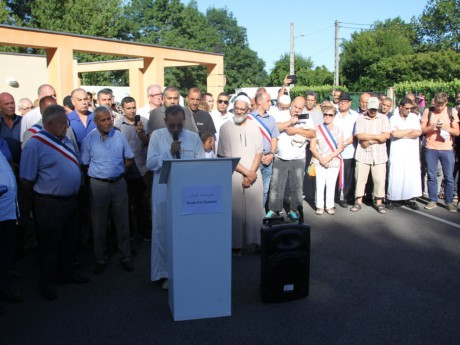 Le rassemblement devant la mosquée de Villefontaine - LyonMag