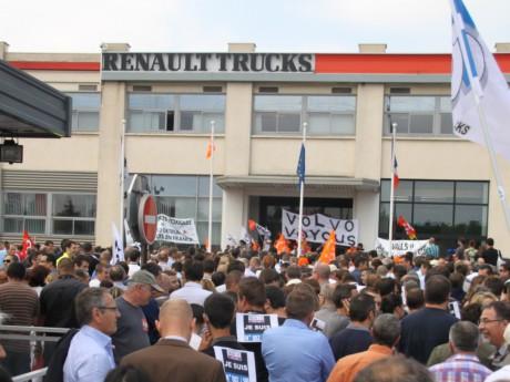 Les manifestants devant le site de Vénissieux - LyonMag