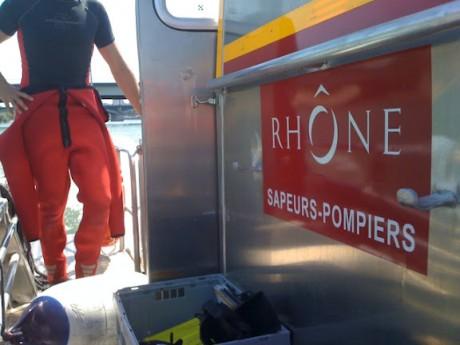 Les plongeurs inspectaient samedi soir l'épave du bateau - LyonMag