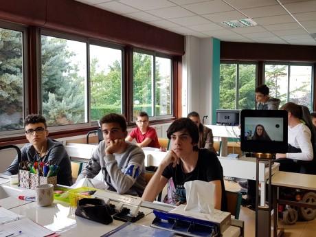 Lucie est une élève qui a la chance de tester le robot lycéen - LyonMag