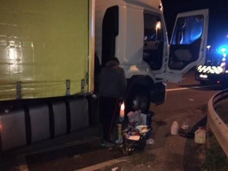 Le routier bulgare avait sorti tout le matériel nécessaire pour se faire à manger sur la BAU de l'A6 - DR Gendarmerie du Rhône