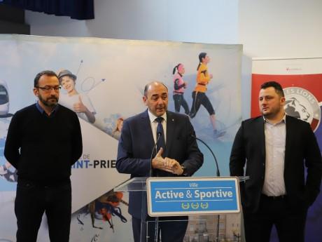 Les élus lors de la présentation à la presse de la nouvelle patinoire- LyonMag