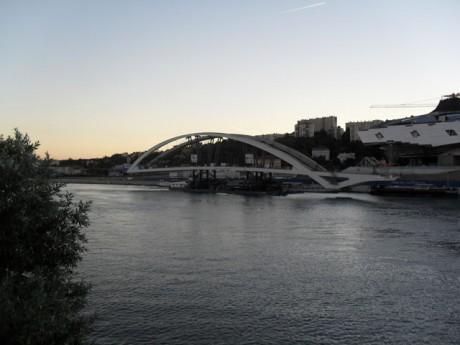 Le pont posé sur sa barge a pris place devant le Musée des Confluences - LyonMag