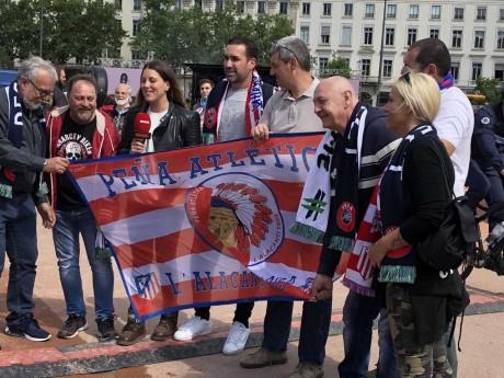 Supporters de l'Atlético ce mercredi matin place Bellecour - LyonMag