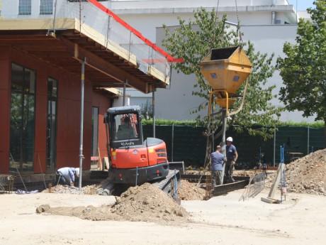 Les ouvriers ne sont pas en vacances dans l'école Simone Signoret - LyonMag