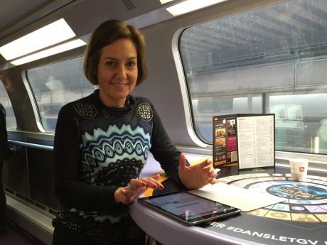 Rachel Picard, directrice générale Voyages SNCF utilisant le WIFI à bord du TGV Lyon - Paris - Lyonmag