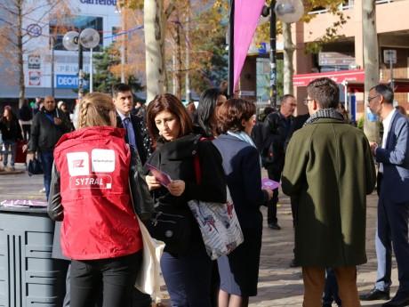 Opération de distribution du guide du Sytral contre le harcèlement sexiste avec Fouziya Bouzerda - LyonMag
