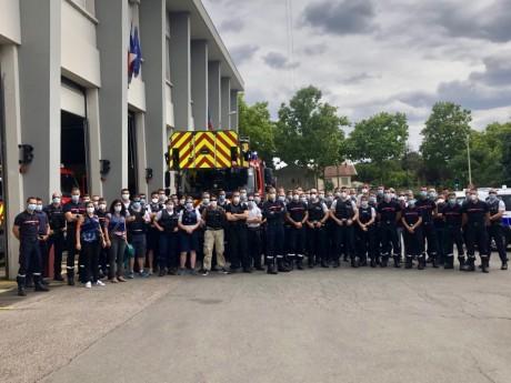 Policiers et sapeurs-pompiers devant la caserne de Cusset - LyonMag