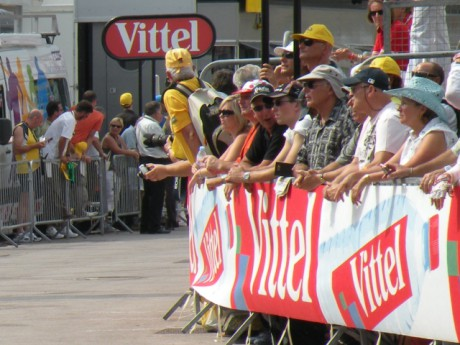 Le public attend les coureurs du Tour de France - Photo LyonMag.com