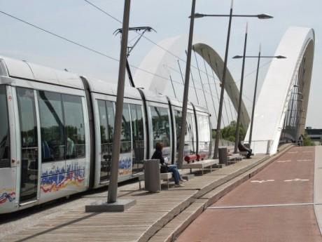 Le T1 sur le pont Raymond Barre - Lyonmag.com
