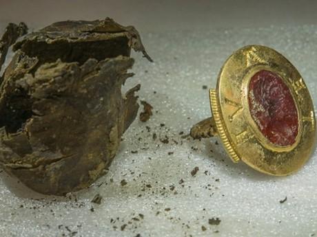 Cet anneau sigillaire en or a été découvert à Cluny par des étudiants lyonnais - DR Alexis Grattier - Université Lumière Lyon 2