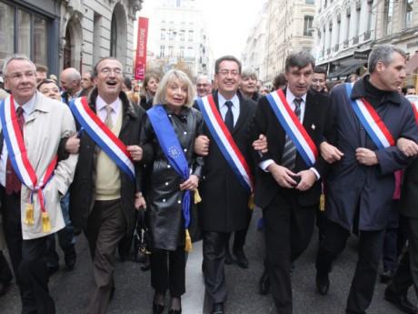Au centre, le maire de Caluire Philippe Cochet, opposant au projet de loi - LyonMag.com