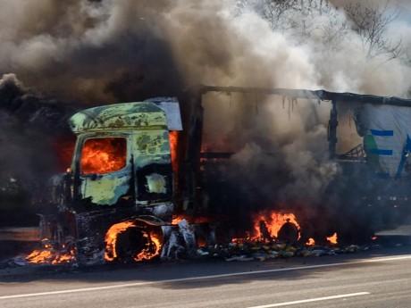 Le camion en feu sur l'A46 - DR